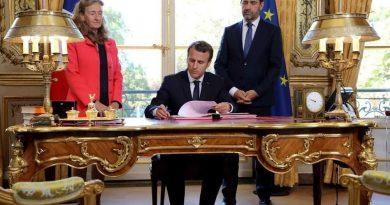 法国总统马克龙在《中法驾照互认》法令签字: 中法两国驾照可通用
